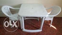 Selling plastic table with 6 chairs and book rack.