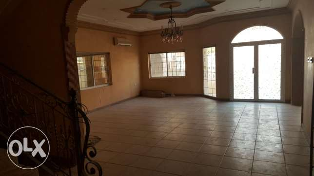 Arad: 4 bedrooms 2 halls semi furnished villa for rent