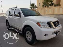Nissan Pathfinder White Color - in perfect condition 7 seat SUV-4.0L