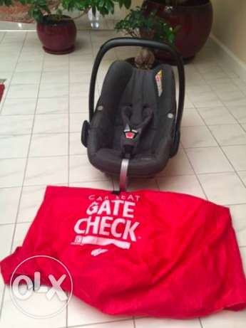 Baby Car Seat-Excellent Condition (Maxi Cosi) with travel bag